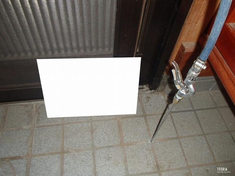 玄関のタイル下に薬剤を穿孔注入