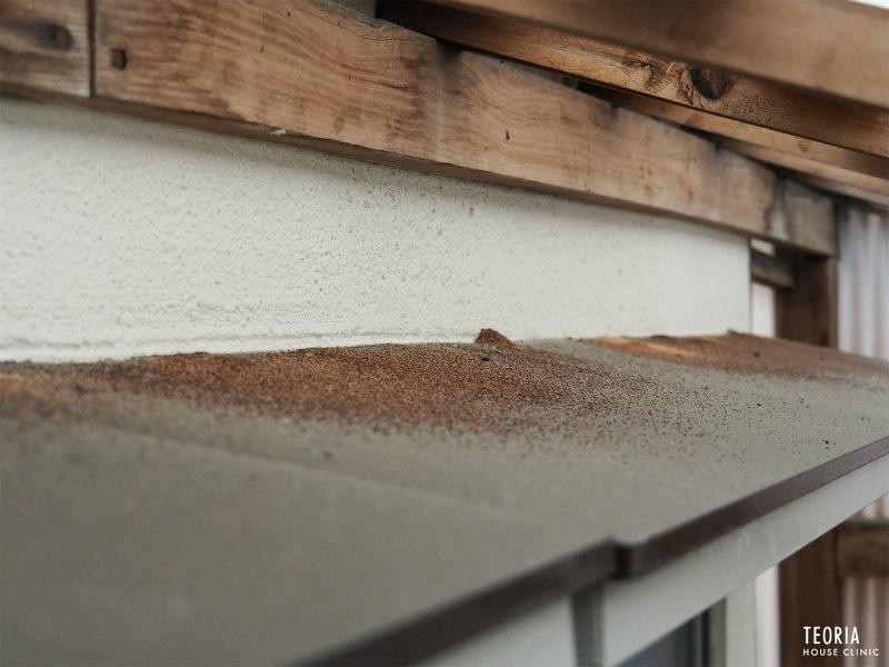 庇のアメリカカンザイシロアリの糞