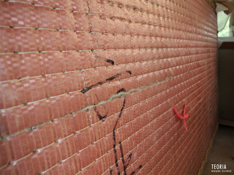 畳の裏側のシロアリの痕跡