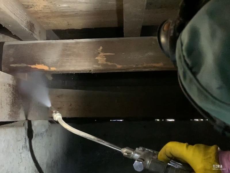 シロアリ被害に遭った木部への薬剤散布